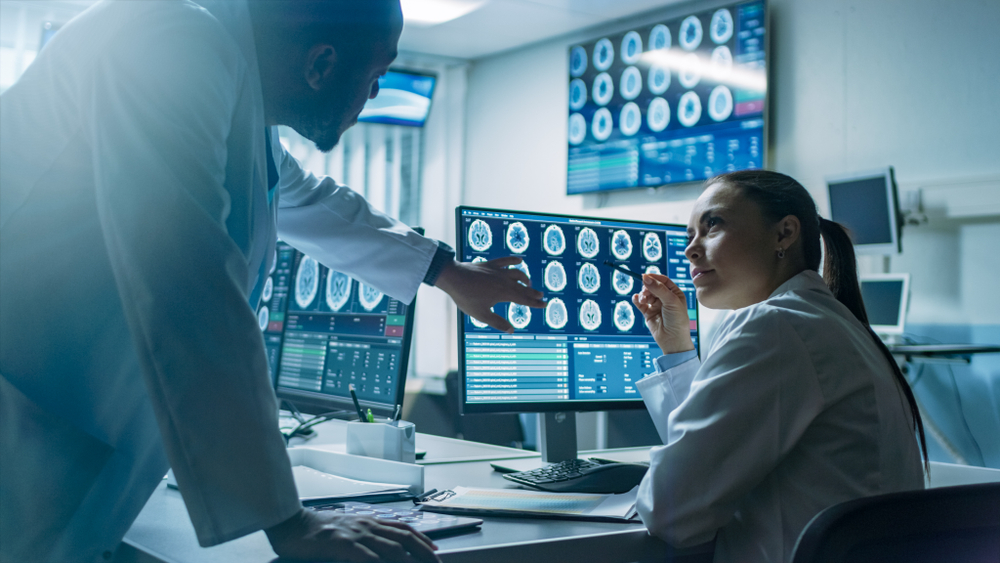 Médicos  analisando diagnostico